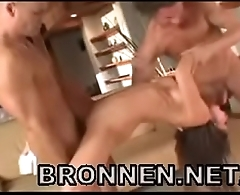 brunette in hot threesome sex - bronnen.net/int/